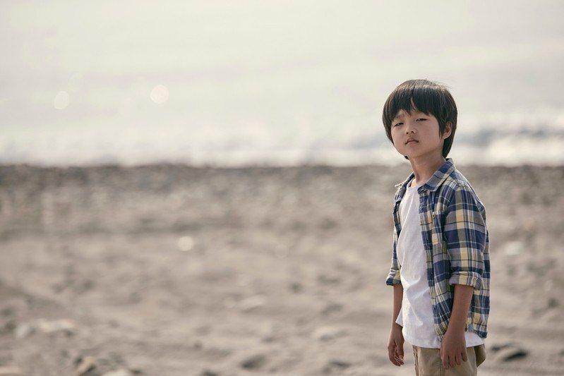 導演賴國安從一個五歲小孩怡安(白潤音飾演)存有前世記憶作為切入點,來看台灣當代核心家庭的展延與崩毀。 圖/海鵬影業提供