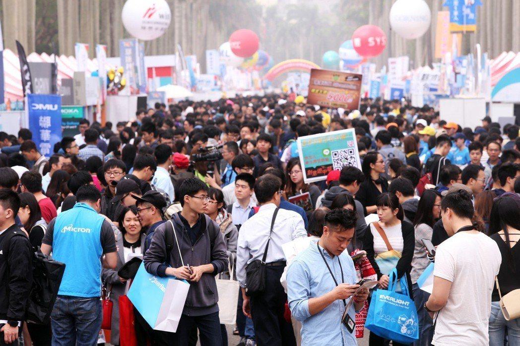 大學生示意圖。圖為台灣大學舉辦校園徵才博覽會。記者徐兆玄/攝影