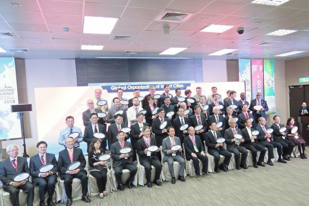 北市府好風光!多國城市代表、ICT業重量人士共同簽署全球智慧城市聯盟「GO SM...