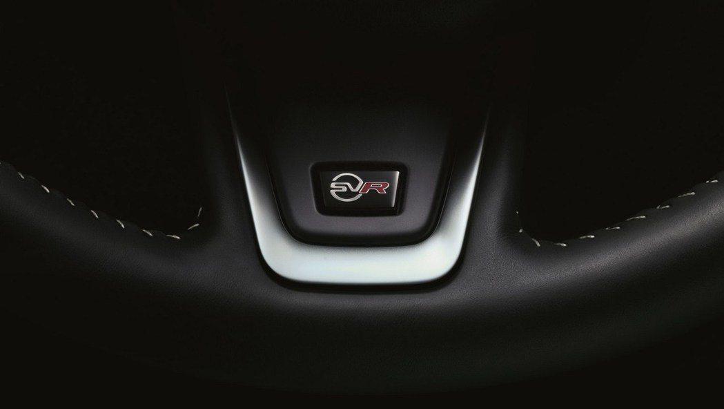 方向盤上象徵性能的SVR銘牌。 摘自Jaguar