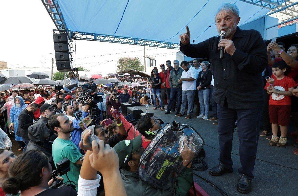 巴西前總統魯拉與支持者喊話。 圖/美聯社