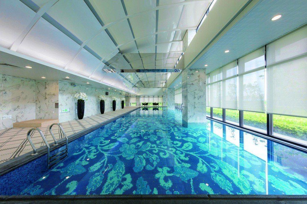 遠雄錸儷空中室內泳池,享受陽光與蔚藍的舒心慢活。 遠雄/提供