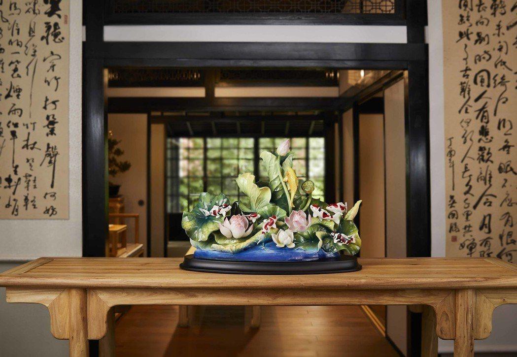 「豐盛滿荷 錦鯉擺飾」歷經上百道工序,多位工藝師參與其中,呈現出當代瓷藝的極致。...