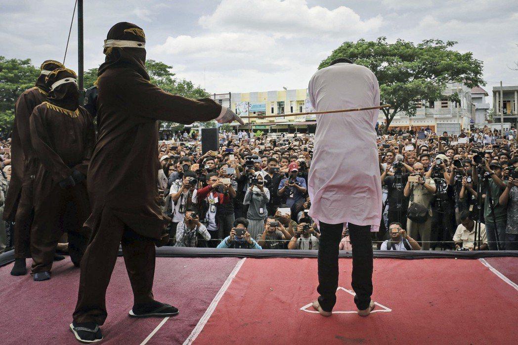 在明文法律中,唯有實行伊斯蘭法的亞齊省(Aceh)擁有針對同志的相應懲罰。圖為2...