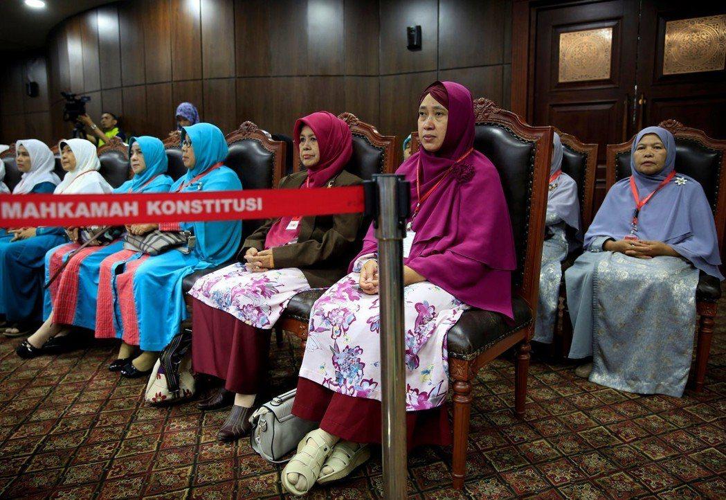 2016年8月,印尼愛護家庭聯盟至憲法法庭申訴,要求修改三項條文,以便將未婚性行為、強制性行為,以及與同性性行為入罪。 圖/路透社