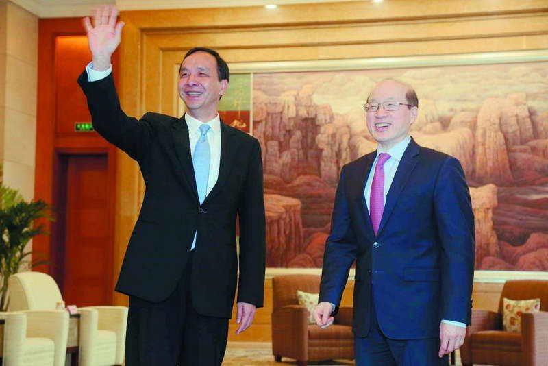 朱立倫(左)赴上海進行「城市交流」,與中國國台辦主任劉結一(右)舉行「朱劉會」。...