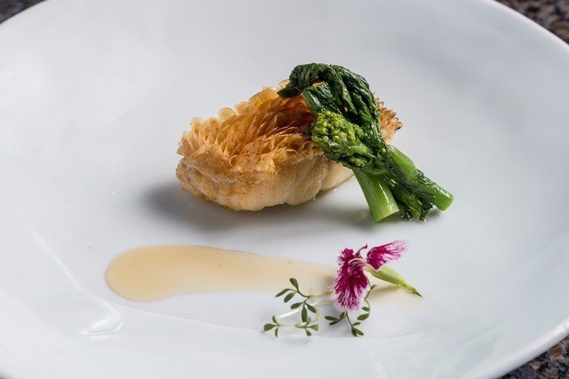 烤品「餘櫻繚繞」,使用櫻花葉醃製甘鯛魚,細膩好味道。