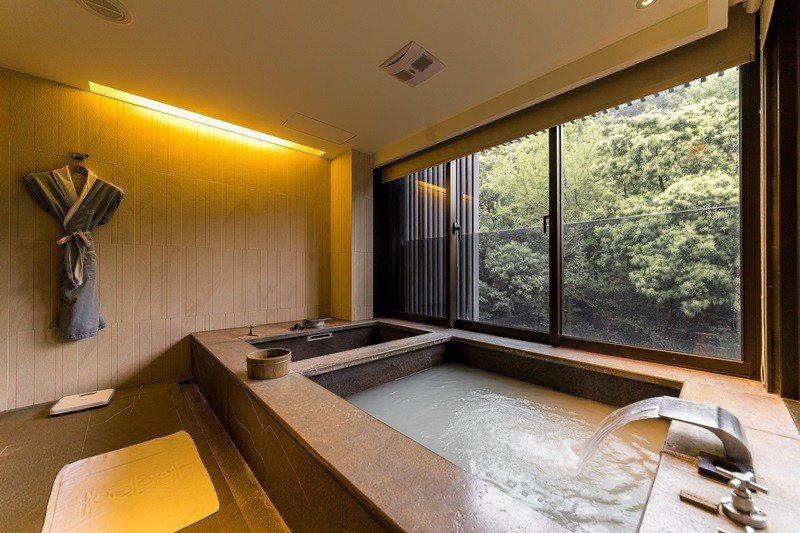 雙浴池最享受,白磺泉泉質純淨對皮膚好。