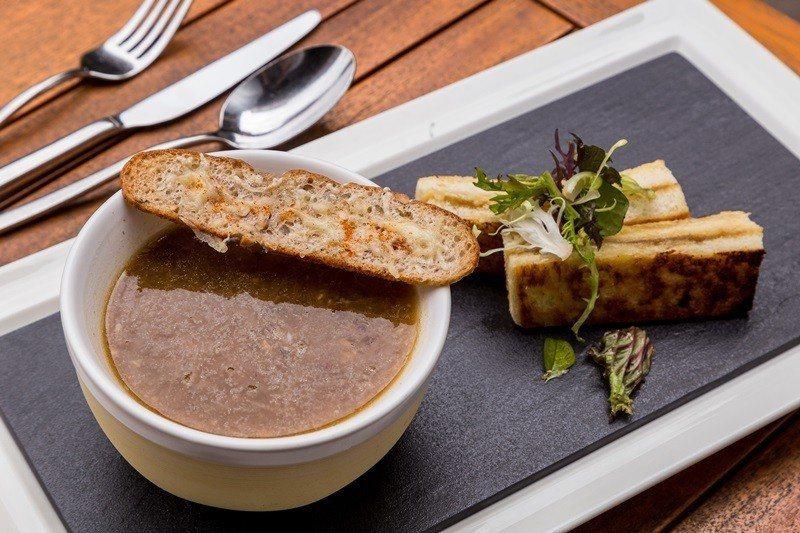 濃郁味美的法式洋蔥湯附乳酪三明治。