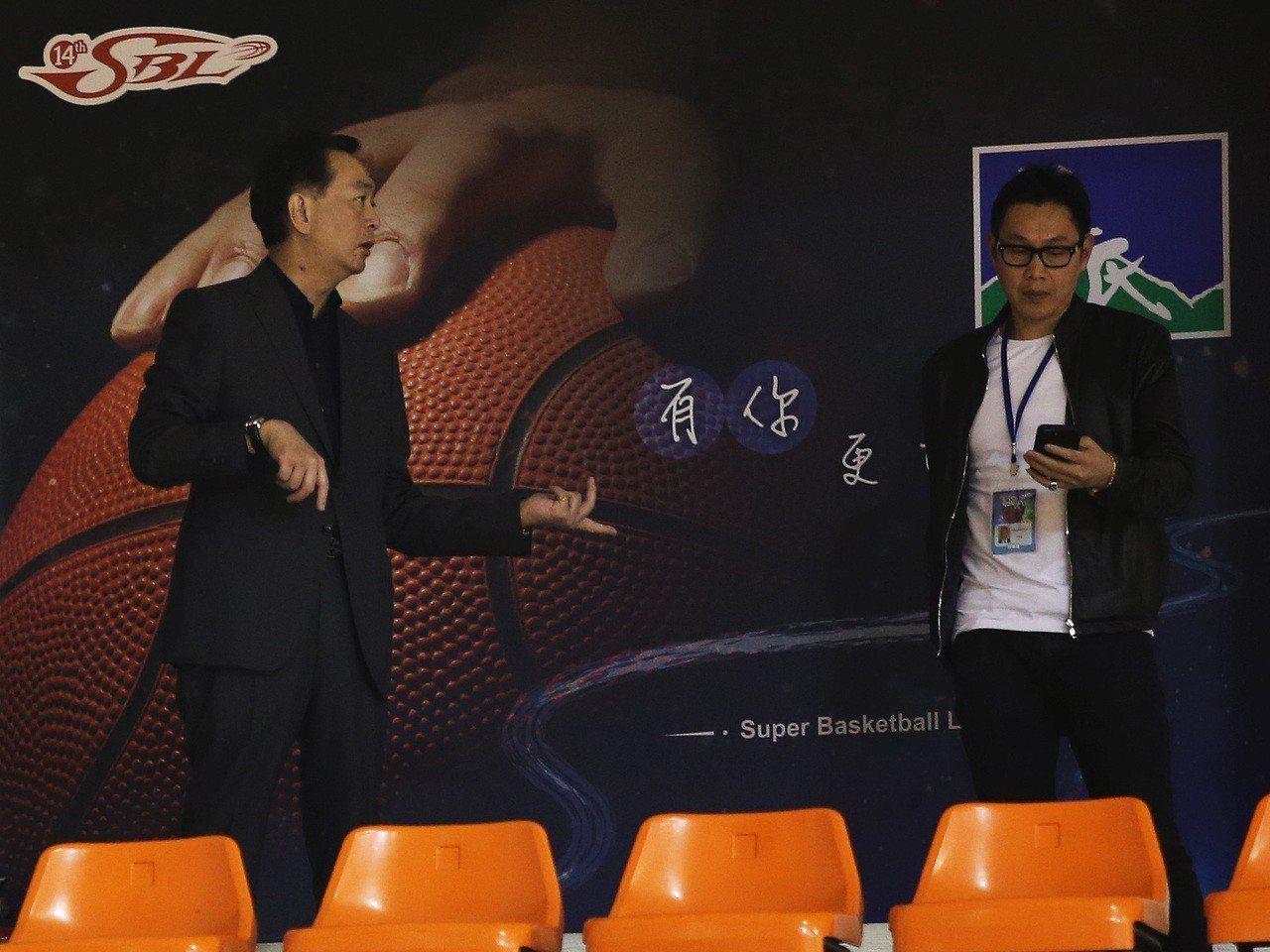 裕隆集團董事長嚴凱泰(左)今天也到場觀戰。 圖/中華籃協提供