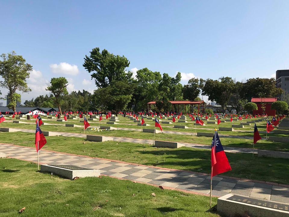 碧潭空軍公墓,每位殉職烈士的墳頭,都已插上國旗。圖/讀者提供