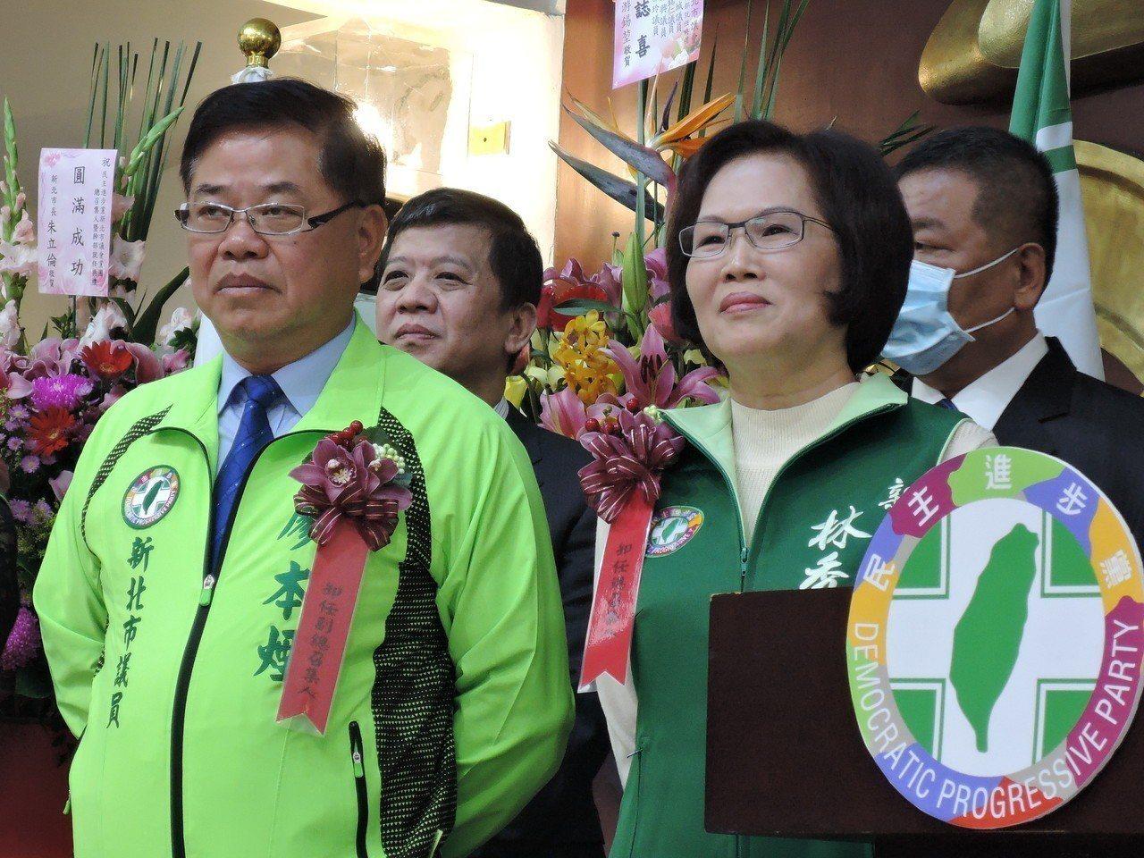 民進黨市議員林秀惠(右)在初選民調順利出線,而土樹三鶯選區議員廖本煙(左)交棒給...