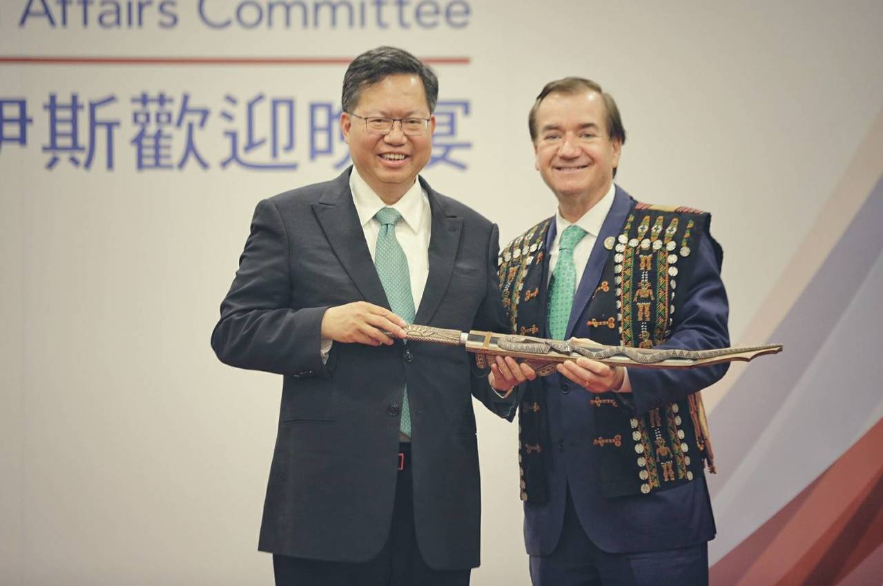 桃園市長鄭文燦(左)特別致謝美國聯邦眾議員羅伊斯(右)為台灣所做的努力,「不管未...