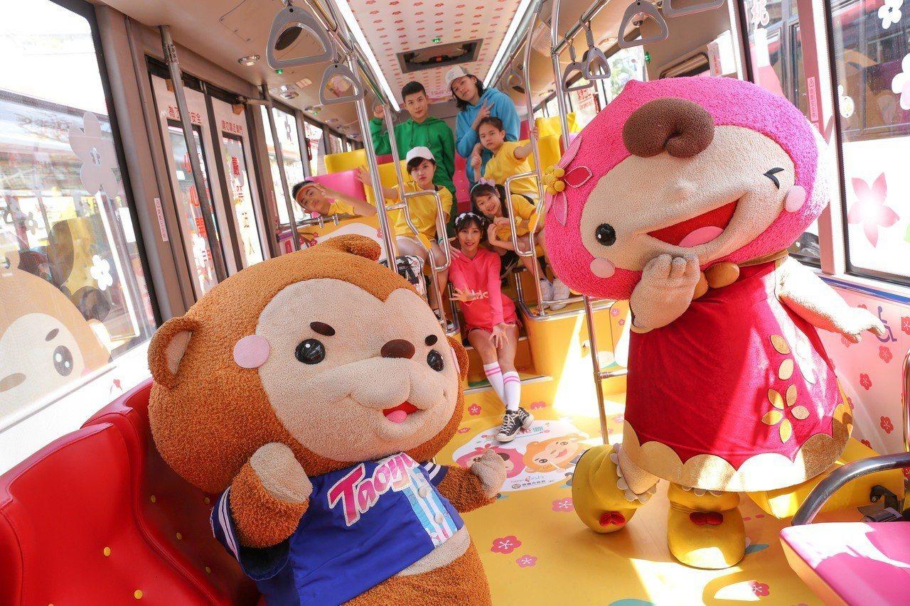 桃園好行繪本公車三月底上路,ㄚ桃園哥公仔陪你搭公車。圖/觀光旅遊局提供