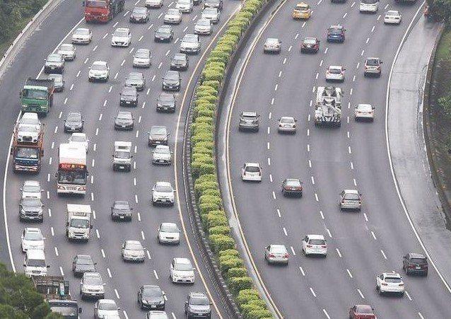 吳姓男子開車在國道三號北向16公里路段,被國道警察以雷射測速儀測得,在中線車道以...