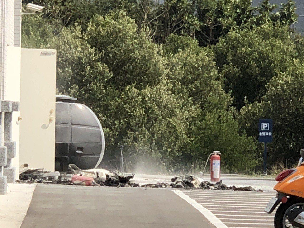 廠區可見員工及消防人員移除鈦金屬等殘渣。記者邵心杰/攝影