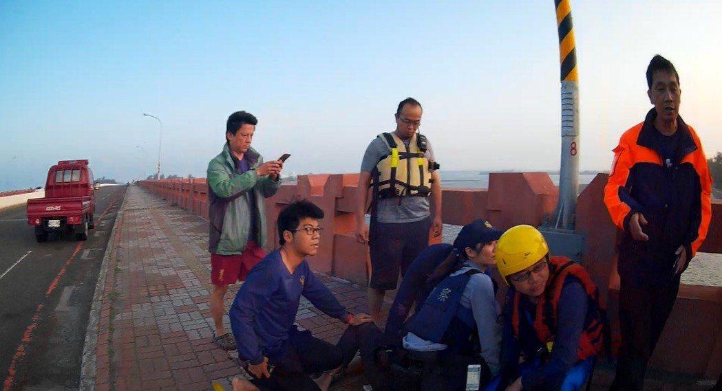 女警顏歆(右三)將林壓制在地。圖/記者曹馥年翻攝