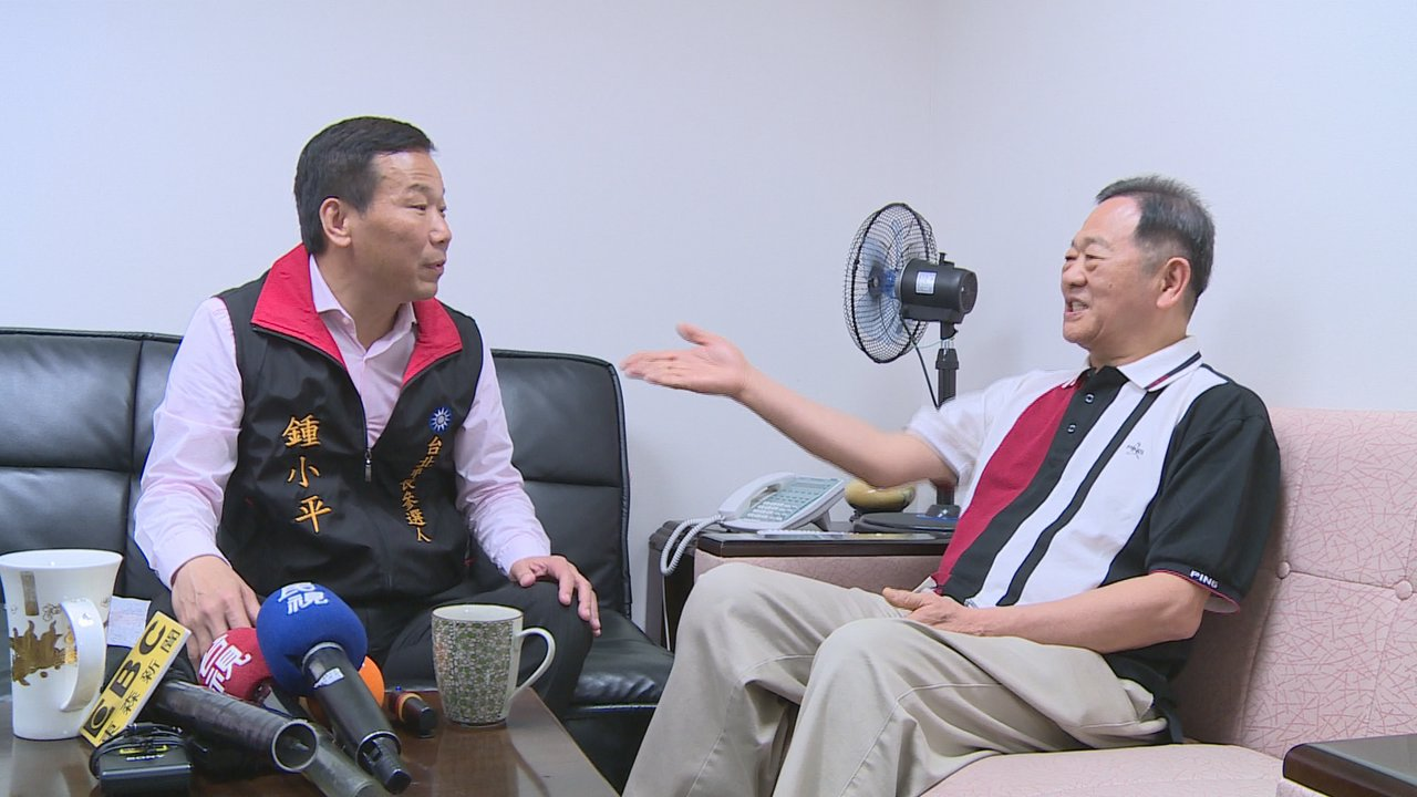 台大教授李錫錕拜訪同為北市參選人的鍾小平。攝影/記者陳煜彬