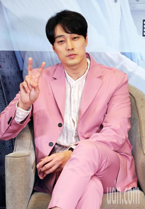 韓星蘇志燮和導演李章焄27日來台,為電影「雨妳再次相遇」宣傳,他們今天下午一起出席記者會接受媒體聯訪。