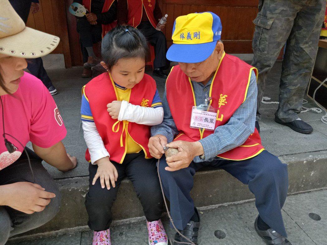 來自宜蘭縣礁溪的長者吳太助平常並未與兒孫同住,昨天他教孩子綁陀螺線、打陀螺,雖然...