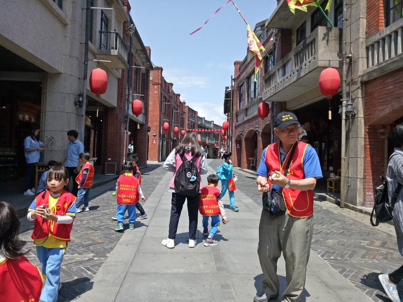 華山宜蘭站昨天邀請康乃爾幼兒園28名小朋友與200名長者同遊宜蘭傳藝中心,長者笑...