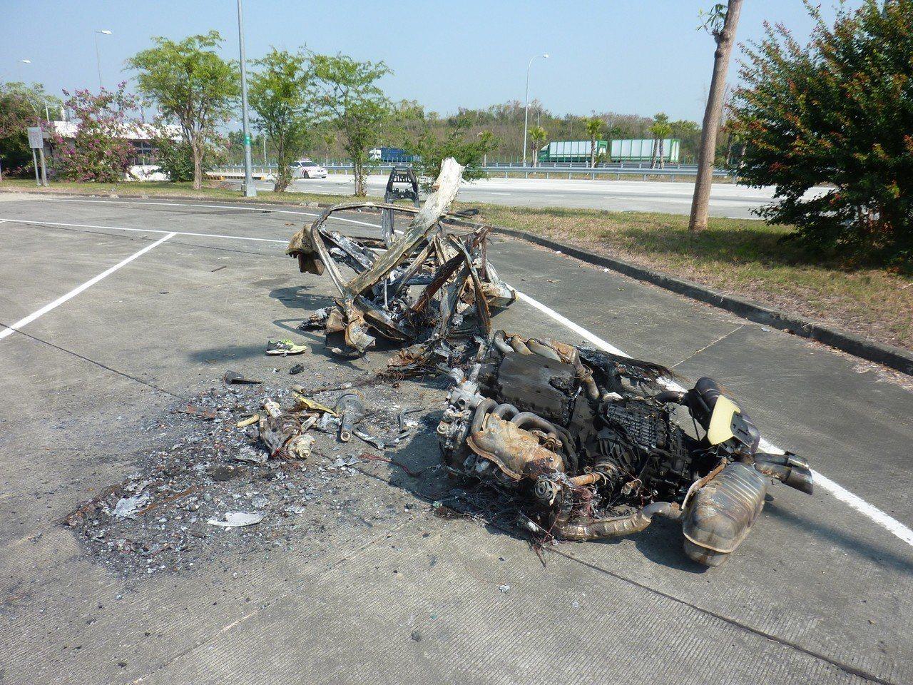 2月7日國道10號發生轎車撞護欄火燒車,駕駛被燒死,事故車殘骸已看不出車形。記者...