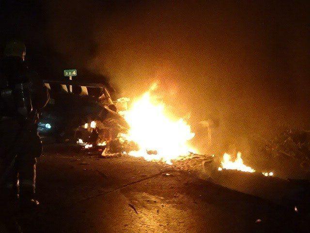 2月7日國道10號發生轎車撞護欄火燒車,駕駛被燒死,事故車儀表板速率表指針停在1...