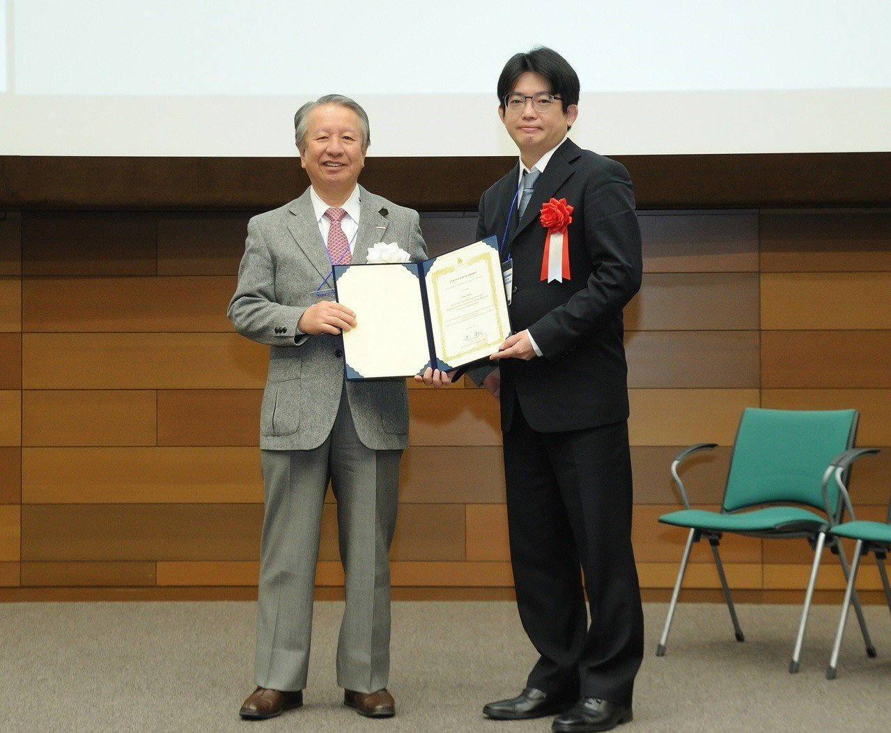 中原大學化工系教授張雍(右)獲頒「傑出亞洲研究員暨工程師獎」。圖/中原大學提供