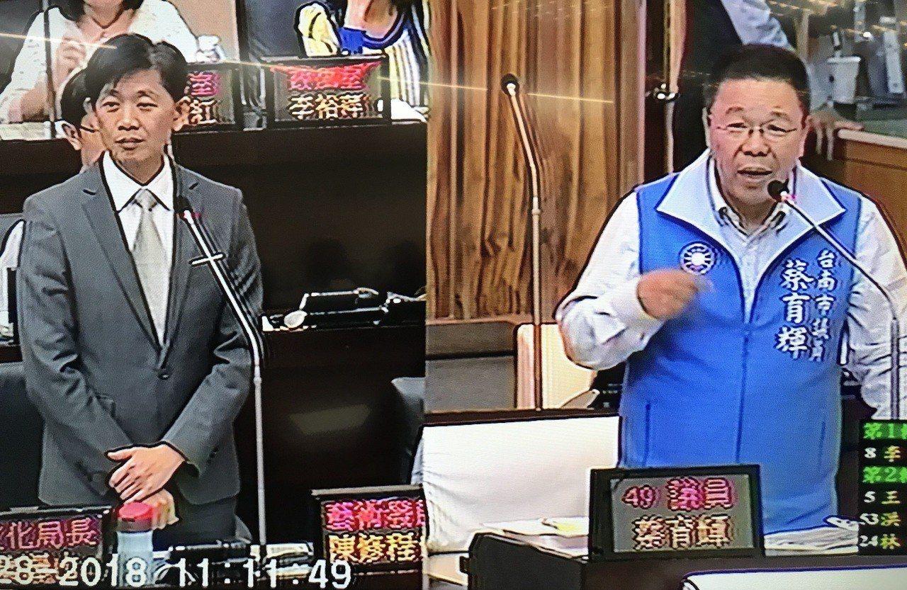 針對被拉倒的湯德章公園國父銅像,台南市文化局長葉澤山(左)提出3個移置方案,國民...
