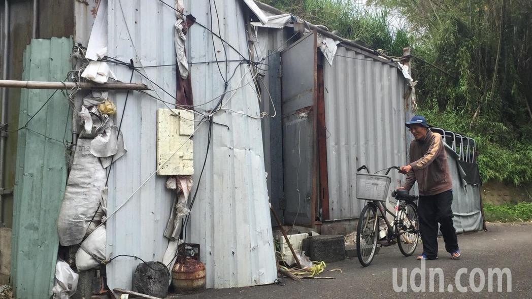 70歲老翁劉春秀獨居在4坪大的貨櫃屋,交通工具以腳踏車為主。記者郭政芬/攝影