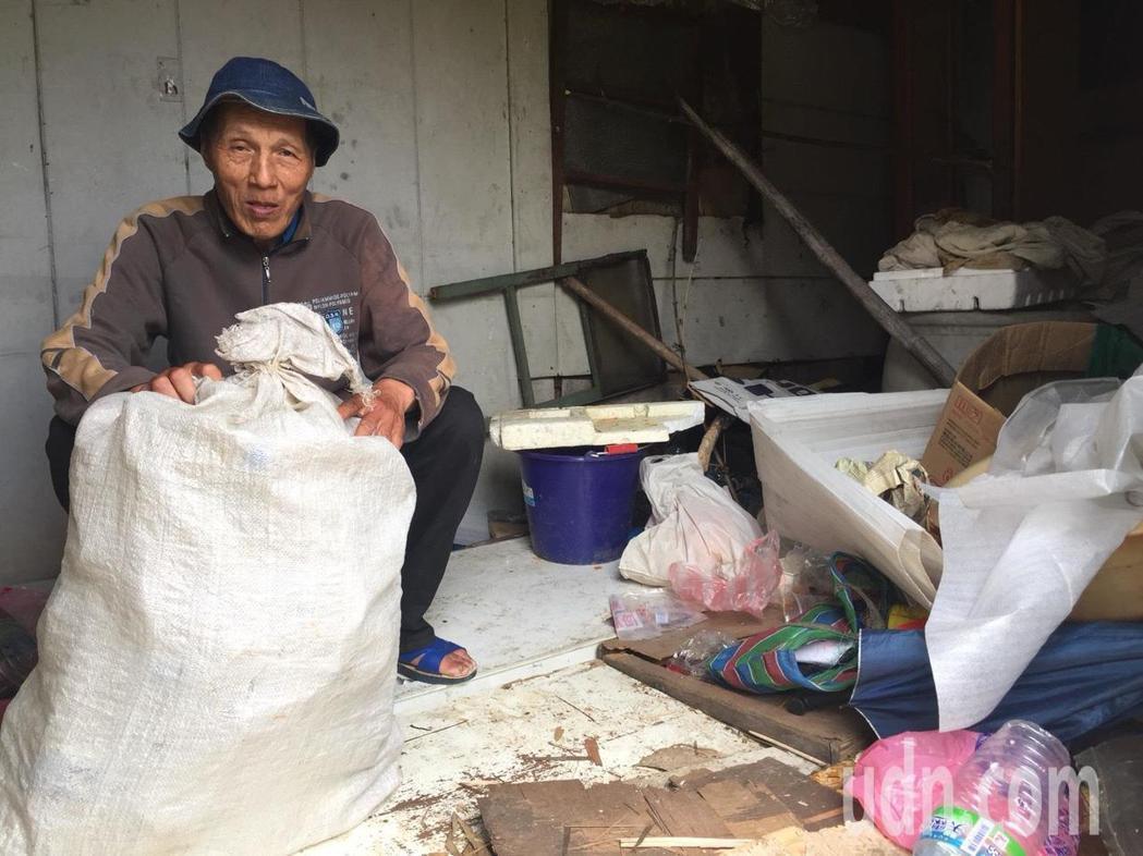 貨櫃屋環境髒亂不堪,堆積許多資源回收及雜物。記者郭政芬/攝影