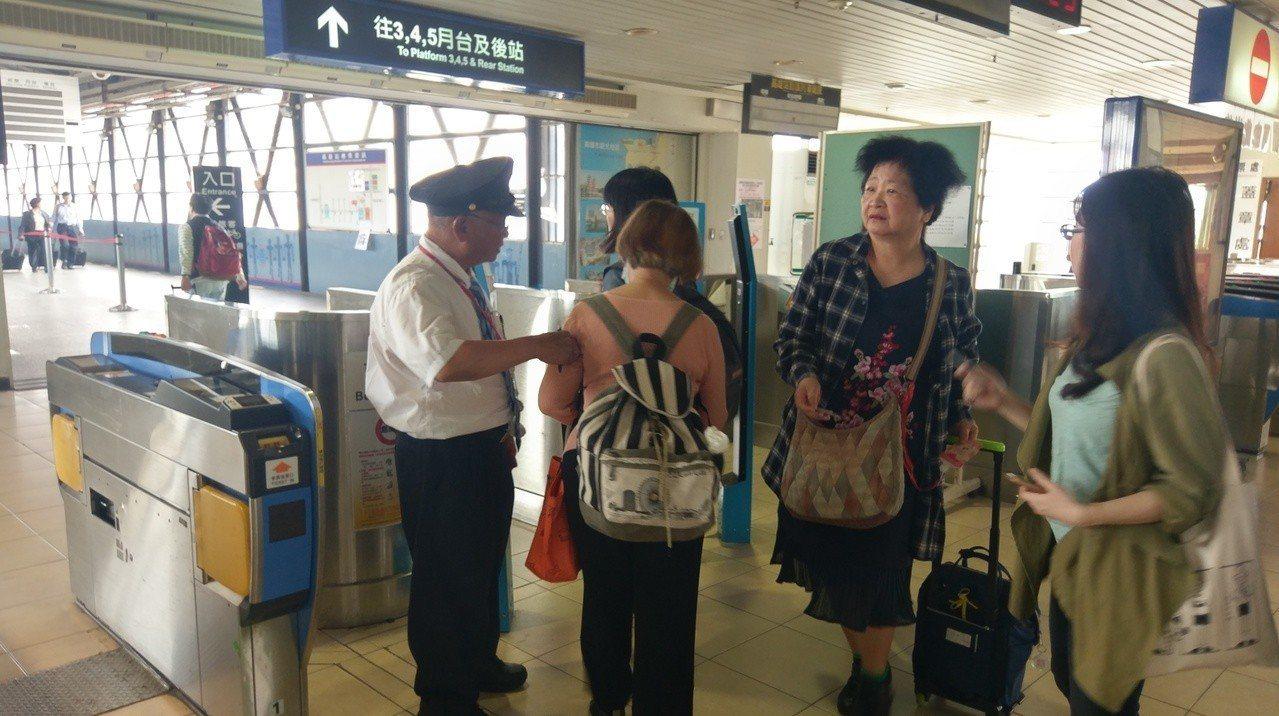 高雄火車站進行鐵路地下化工程,不慎挖斷電線,導致停電,進出閘門只能靠人工收驗票。...