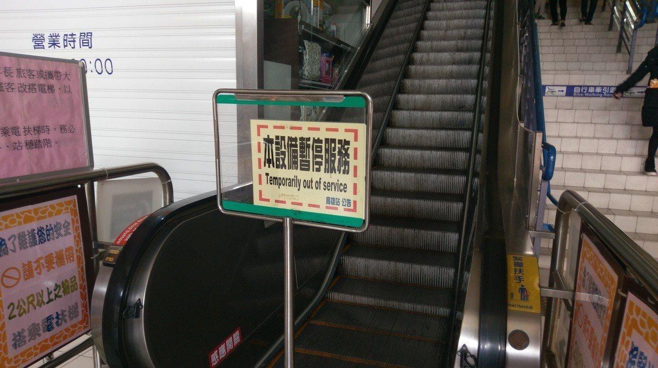 高雄火車站進行鐵路地下化工程,不慎挖斷電線,導致停電,電扶梯不能用。記者蔡孟妤/...