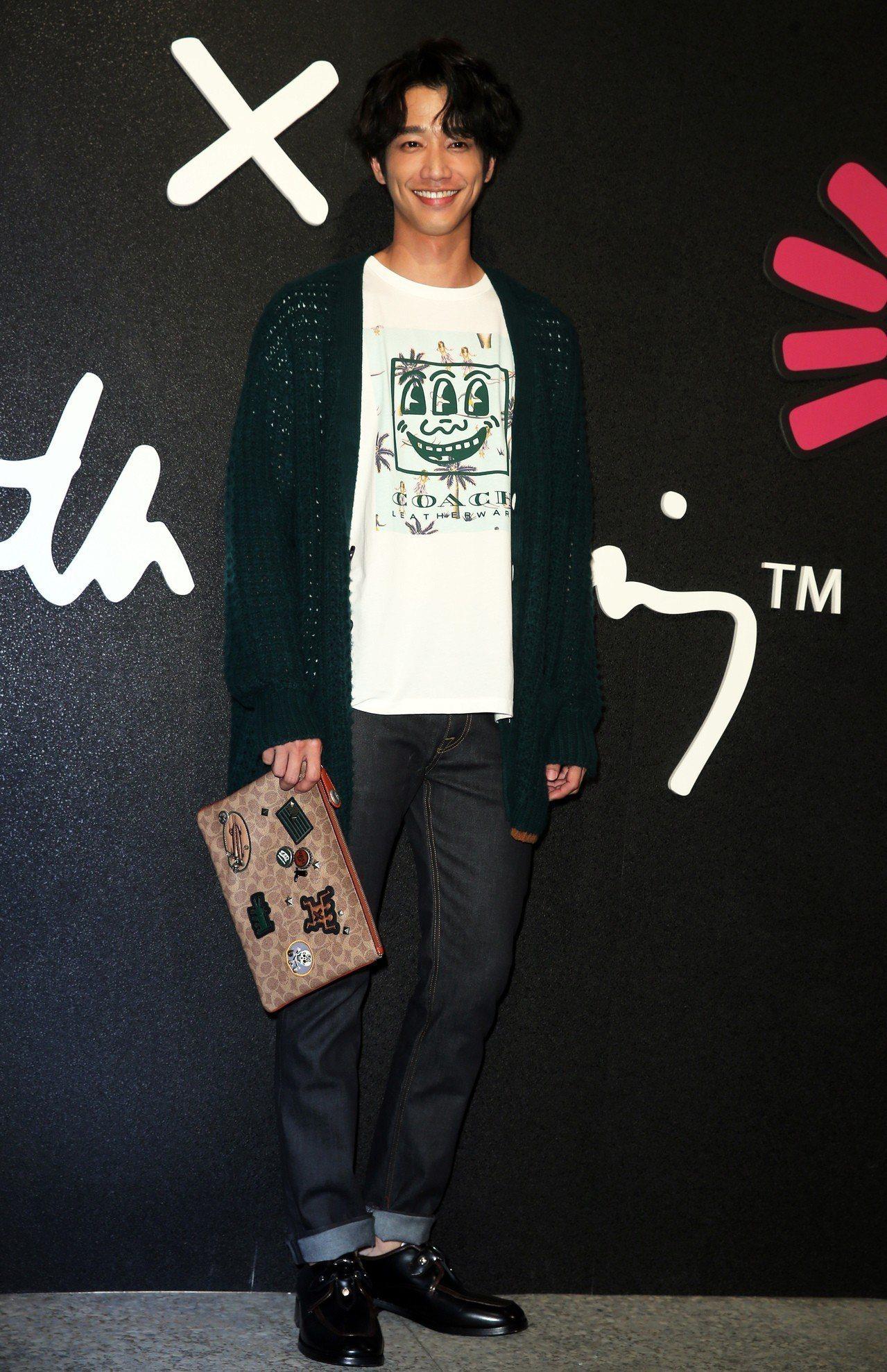 劉以豪穿綠色針織外套23,800元、上衣3,900元、經典丹寧長褲8,900元、...