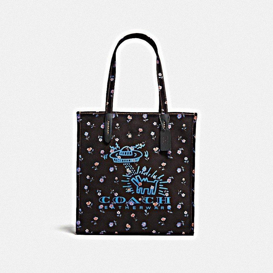 COACH X Keith Haring飛碟與狗托特包,售價7,500元。圖/C...