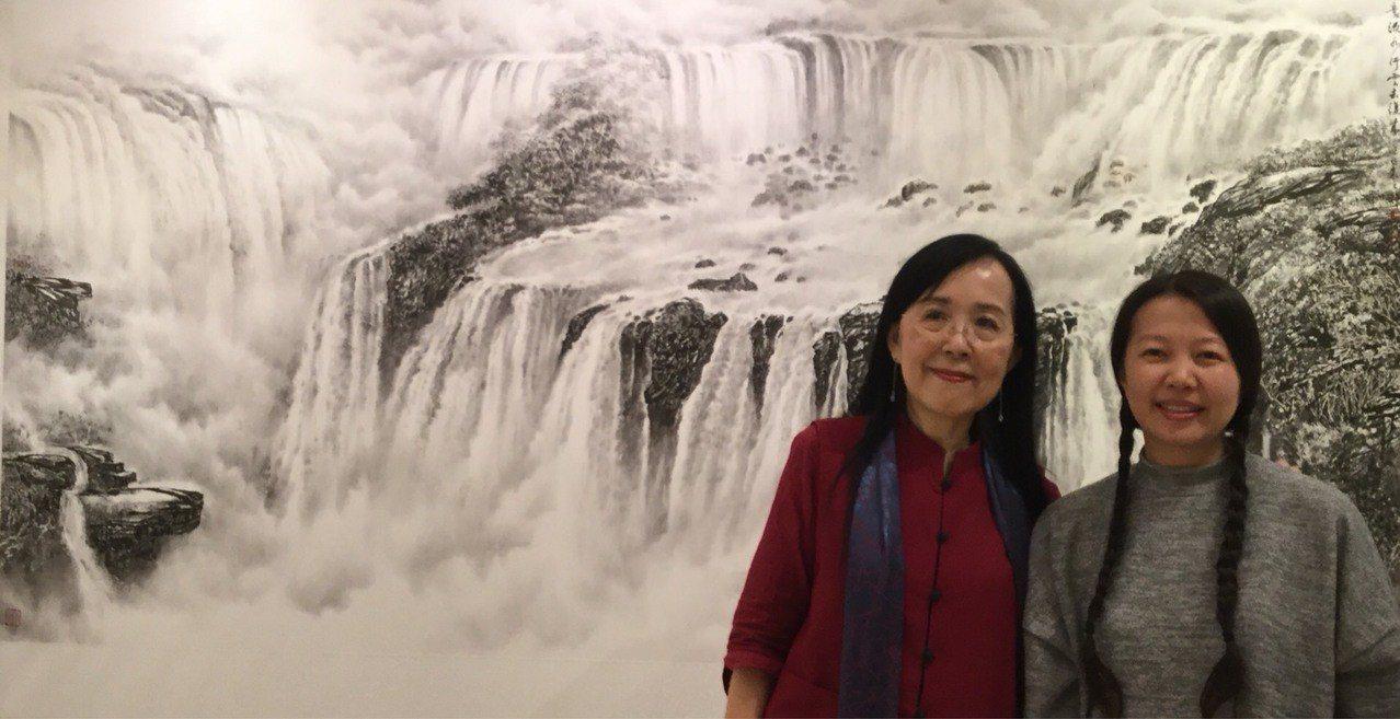 袁之靜(左)以伊瓜蘇大瀑布為主題的巨幅畫作,好像真的有瀑布在身後傾洩而下。圖/袁...