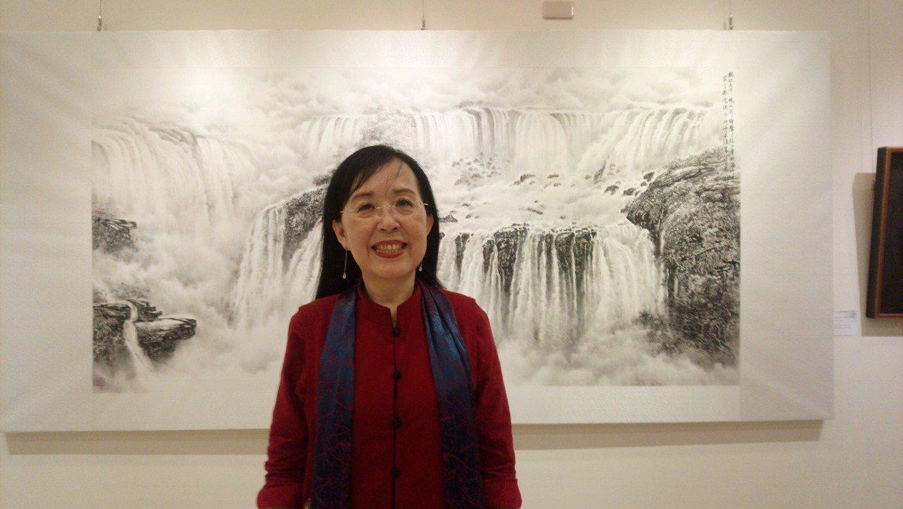 袁之靜以伊瓜蘇大瀑布為主題的巨幅畫作,好像真的有瀑布在身後傾洩而下。圖/袁之靜提...