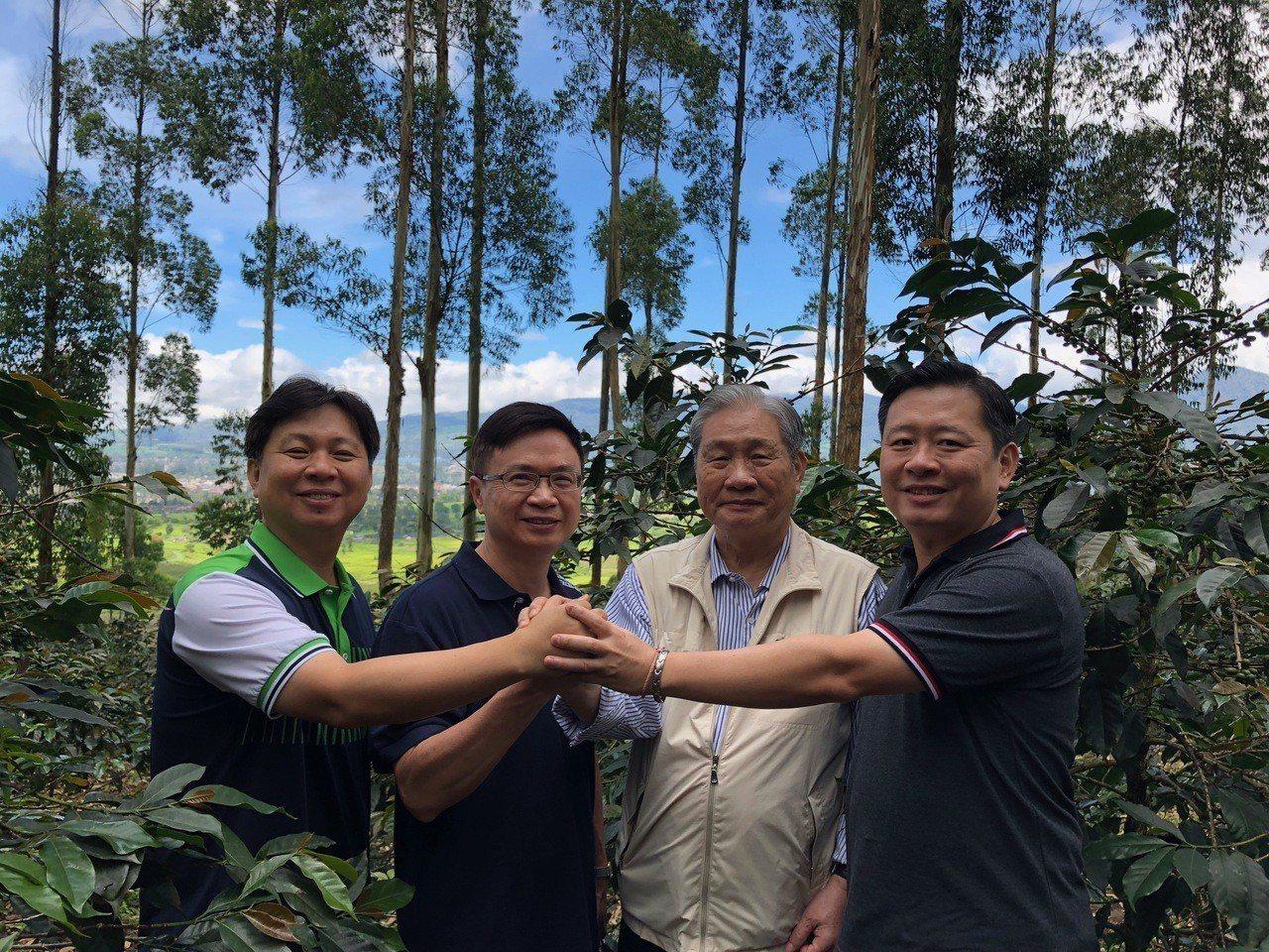 印尼萬隆台商柯氏集團父子經營的金色百林莊園,連年獲得印尼最佳咖啡莊園的榮譽,左起...