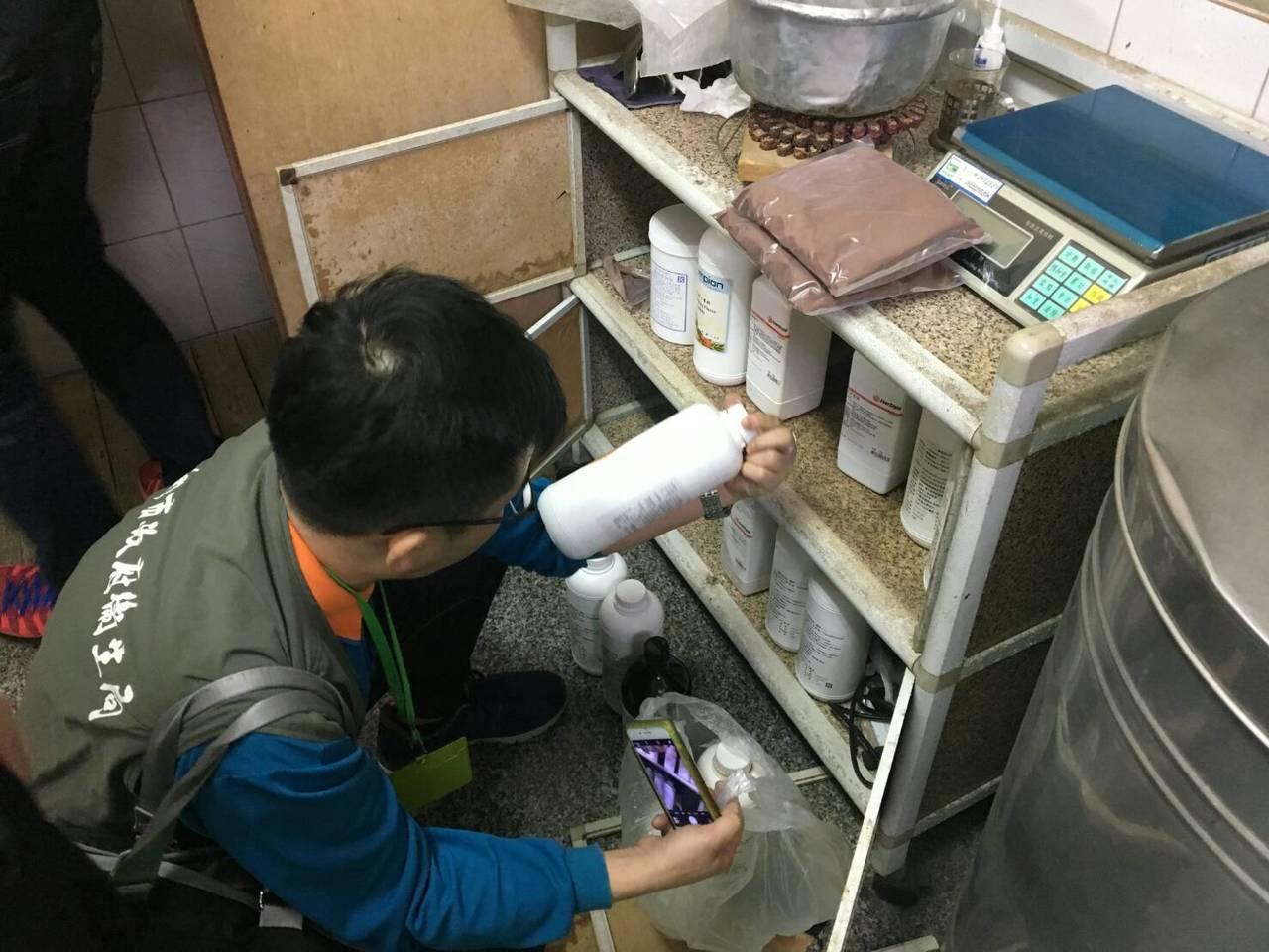 台南市27日查獲以牛奶粉假冒、混摻販售的「小叮噹羊乳」,以及用奶粉沖泡的「新鮮牛...