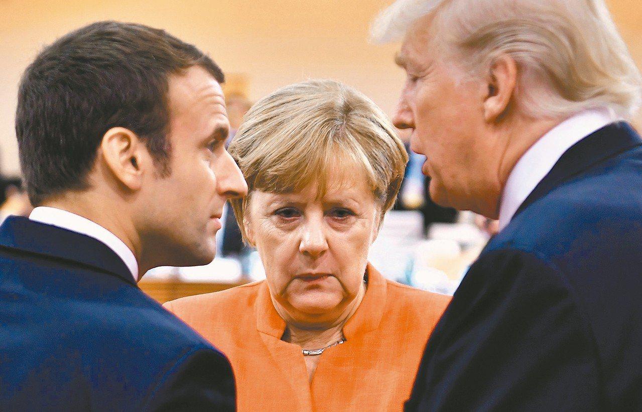 美國一方面與中國大陸展開貿易談判,總統川普(右)同時也與德國總理梅克爾(中)、法...