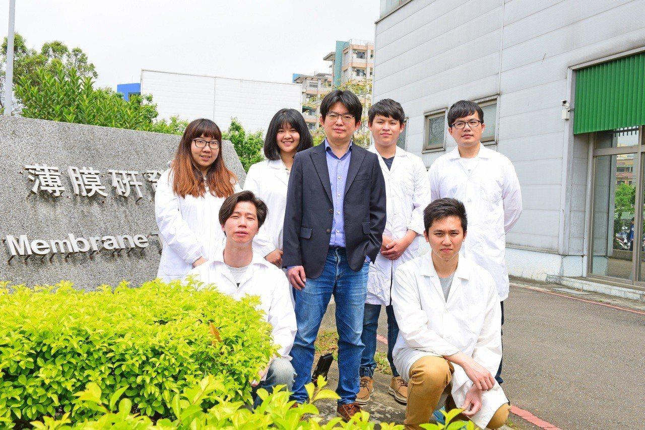 張雍(中)教授和團隊投入生醫薄膜領域研究10多年來,研發技術和成果居領先地位。圖...