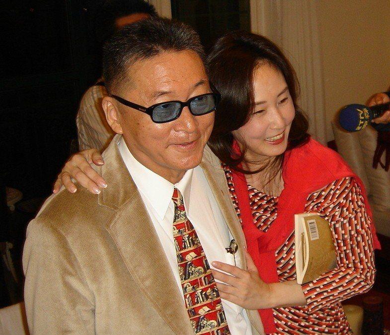 李敖2005年到女兒李文家「拜訪」,李文給李敖一個深情擁抱。 圖/聯合報系資料照...
