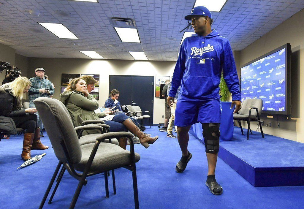 培瑞茲已穿上膝蓋保護套出席記者會。 美聯社