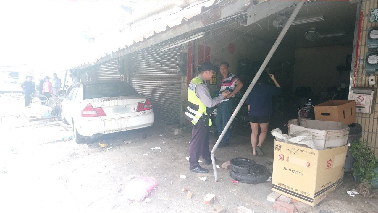 林姓男子自小客車撞壞走廊及門口機車、盆栽。 記者卜敏正/攝影