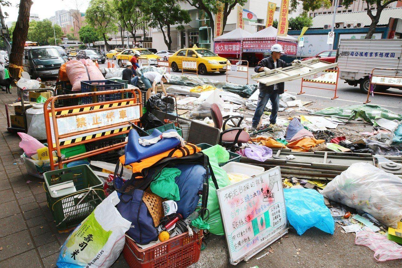 台北市政府拆除公投盟帳蓬情形。記者曾學仁/攝影