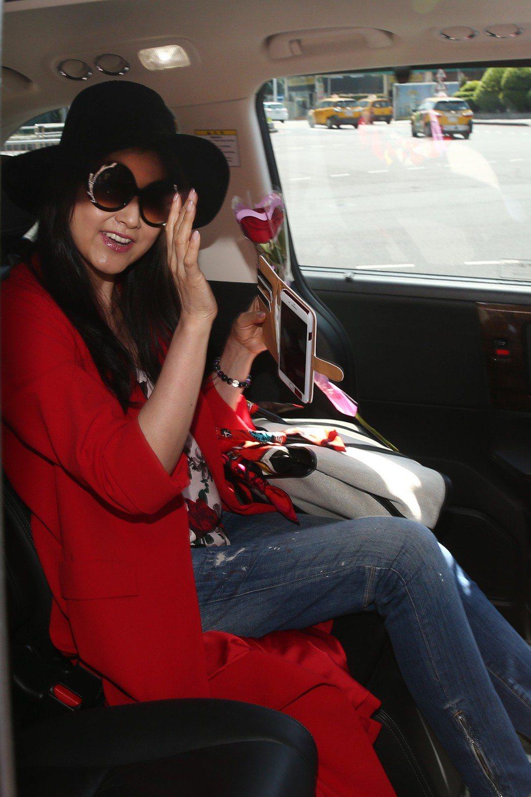 藤原紀香29日中午抵台,身穿玫瑰花紋上衣搭配紅外套。記者蘇健忠/攝影