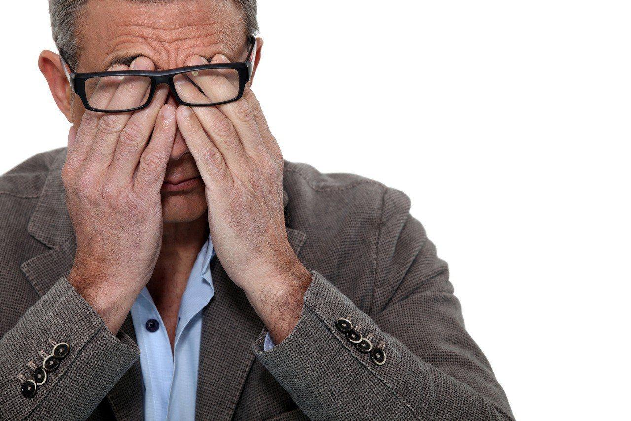 現代人脫離不了3C產品,眼睛負擔大幅增加,白內障有年輕化趨勢。 圖/ingima...