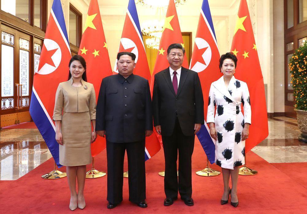 金正恩(左二)日前帶第一夫人李雪主(左)對大陸進行非正式訪問。(新華社)