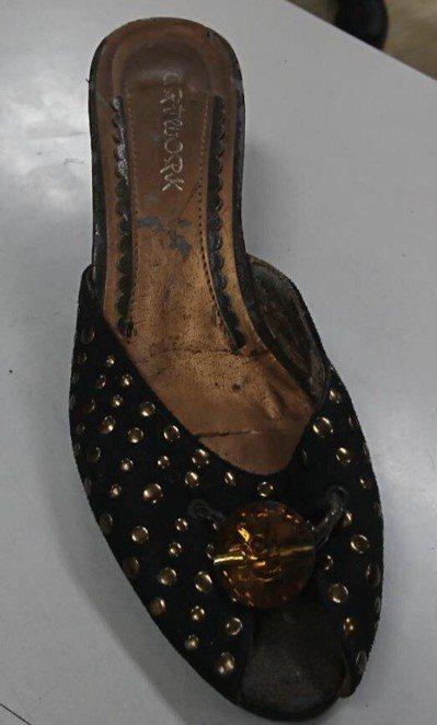 台北市長柯文哲在市府外遭丟鞋,警方帶回丟鞋的郭姓男子調查,將鞋子拍照存證。 記者...