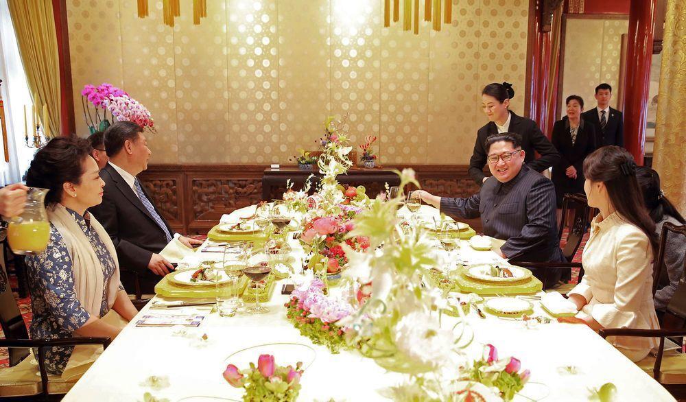 大陸領導人習近平(左二)與妻子彭麗媛(左)設宴款待金正恩夫婦。(美聯社)